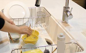 台所で洗い物